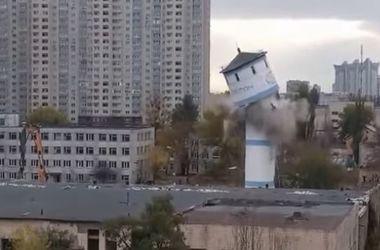В Киеве сносят заброшенный молокозавод
