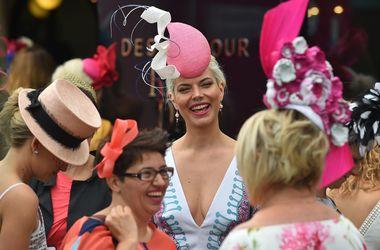 Грандиозный парад шляпок: в Мельбурне стартовали знаменитые скачки