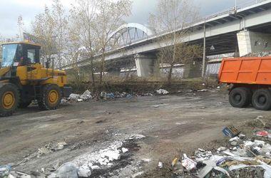 В Киеве начали убирать огромную свалку возле Днепровской набережной