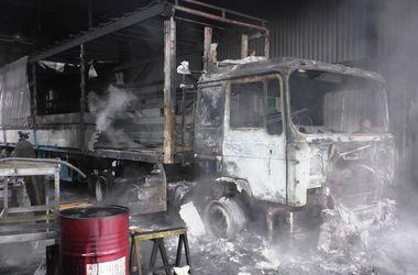 Взрыв бензобака на станции шиномонтажа: сгорели два грузовика
