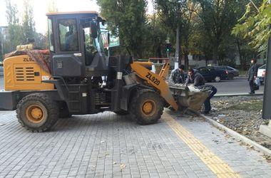 В Одессе продолжают укладывать тактильную плитку для слабовидящих людей
