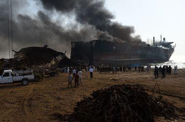 В Пакистане взорвался списанный нефтяной танкер, 11 человек погибли