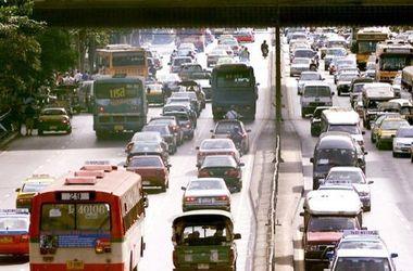 В Таиланде автобус протаранил 18 авто и врезался в магазин