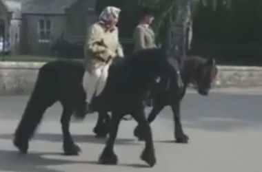 Появилось видео, как 90-летняя королева Великобритании покаталась на лошади