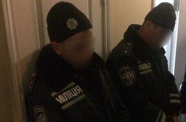 Полицейские-грабители в Запорожье отобрали у пенсионера 56 тысяч долларов и почти 10 тысяч евро