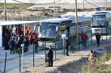 """Франция вывозит детей из """"джунглей"""" в Кале"""