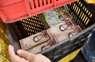 Из-за гиперинфляции в Венесуэле деньги принимают на вес