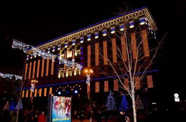 """Центр Киева украшают """"падающим льдом"""" и новогодними """"листочками"""""""