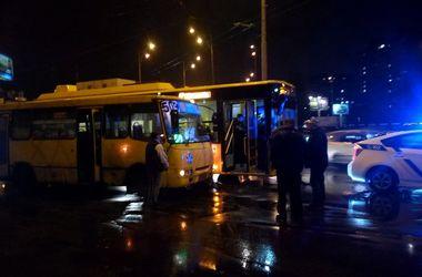 На Троещине столкнулись маршрутка и троллейбус