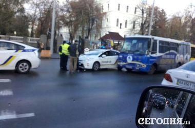 В Киеве патрульное авто столкнулось с маршруткой
