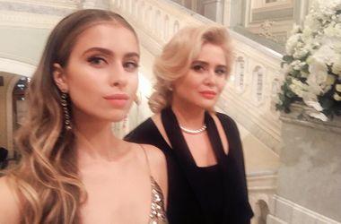 Невестка и внучка Софии Ротару появились на балу в Москве в нарядах от украинского дизайнера