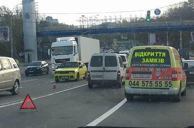 В Киеве легковушка разбилась о Мерседес