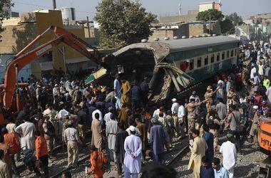 Катастрофа в Пакистане: раскуроченные поезда и много погибших