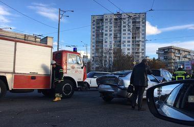 В Киеве грузовик с отказавшими тормозами врезался в авто на светофоре