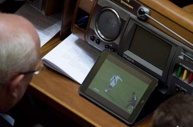 В Раде застукали нардепа за просмотром футбола