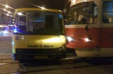 В Киеве столкнулись трамвай и маршрутка