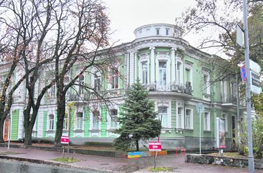 Прогулка по Ольгинской в Киеве: здание со святым на куполе и Октябрьский дворец