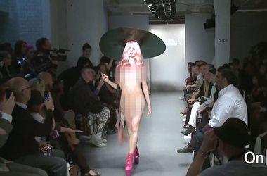 голые девушки на подиуме видеоролики