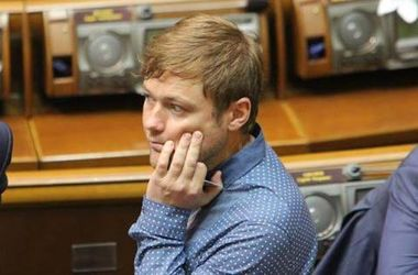 ФОТОФАКТ. Нардеп уснул на рабочем месте в Верховной Раде