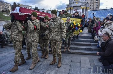 На Майдане на коленях прощались с погибшими бойцами