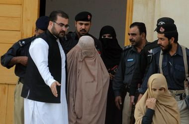 """Афганскую """"Мону Лизу"""" с обложки National Geographic выгоняют из Пакистана"""