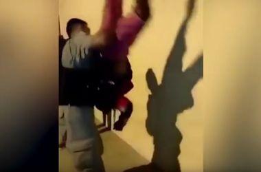 Видеохит: коп-силач поднял задержанного вверх тормашками и потрусил