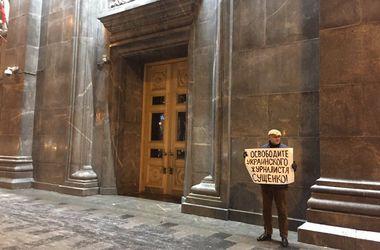 Адвокат Марк Фейгин устроил одиночный пикет в Москве