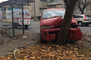 В Одессе водитель влетел в дерево