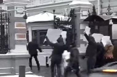 """Посольство Великобритании в Москве забросали """"окровавленными"""" манекенами"""