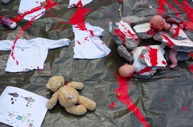 Посольство РФ в Дублине забросали кровавыми куклами