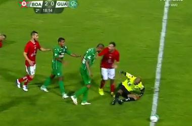 Скандал в чемпионате Бразилии: футболист пытался избить судью