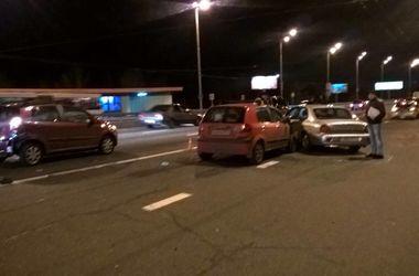 В Киеве на Московском мосту не разминулись сразу три авто
