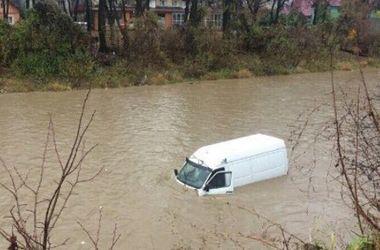 """На Закарпатье """"Мерседес"""" слетел с дороги в реку: водитель в реанимации"""