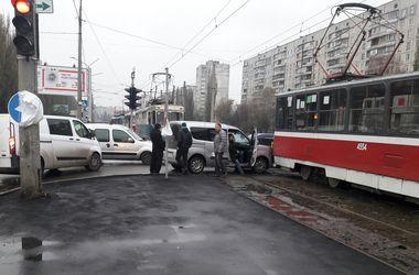 В Харькове не разминулись трамвай и авто