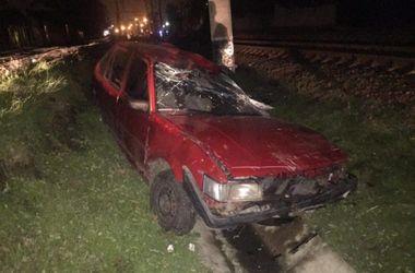 В Одессе поезд раздавил застрявший на рельсах автомобиль