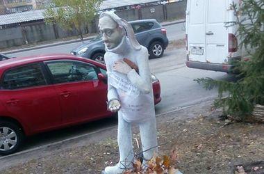"""Скульптуре кролика-""""Яценюка"""" в Киеве каждый день кладут в лапку морковку"""