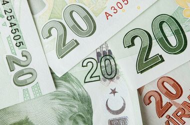 Валюта Турции рекордно рухнула