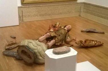 Турист разбил древнюю статую, пытаясь сделать селфи - Фото