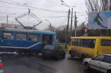 ДТП в Одессе: легковушка врезалась в трамвай с пассажирами