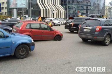 В Киеве на бульваре Леси Украинки авто провалилось в яму