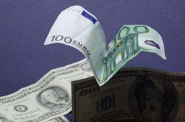 В Украине резко упал курс евро, а доллар замер