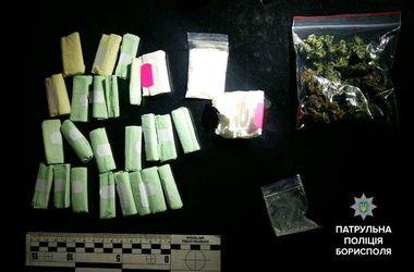 В Борисполе патрульные нашли в автомобиле нарушителя огромное количество веществ, похожих на наркотики