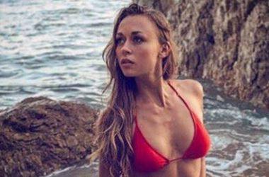 Жена украинского боксера похвасталась формами в красном купальнике (фото)