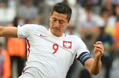 Роберт Левандовски пострадал от петарды в матче Польша - Румыния