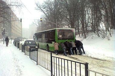 На западе Украины транспортный коллапс из-за снегопадов