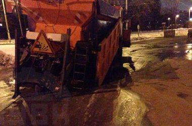 Ночью в Киеве снегоуборочный грузовик провалился под асфальт