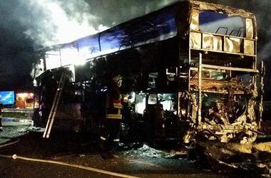 Автобус с футбольными фанатами сгорел прямо на трассе в Германии (фото)