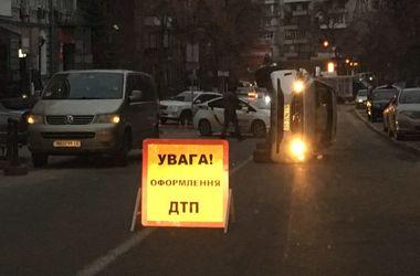 В центре Киева перевернулась машина, есть пострадавшие