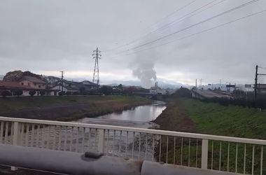 Землетрясение в Японии: В сети появились видео мощного цунами