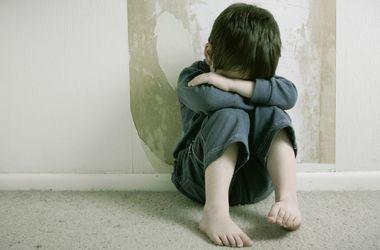Перепуганный ребенок прятался от пьяных родители в подъезде Кривого Рога